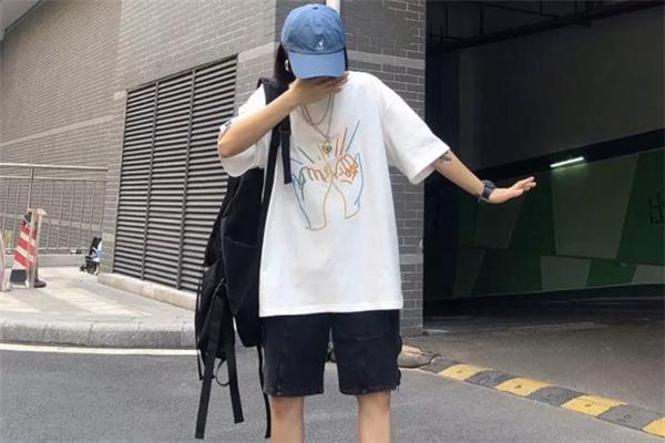 白色t恤配什么颜色帽子好看 白t恤搭配帽子图片